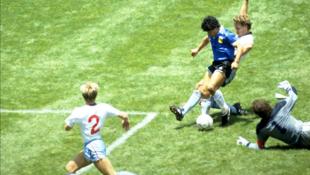 Diego Maradona rike da kwallo a wasan da Argentina ta fitar da Ingila a gasar cin kofin duniya a 1986