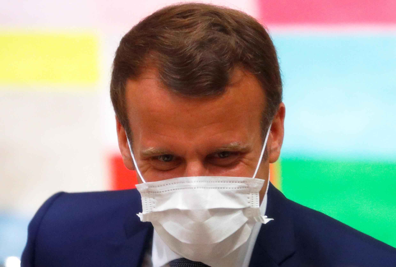 El presidente Emmanuel Macron usando una mascarilla durante la cumbre europea en Bruselas, el 17 de julio de 2020.