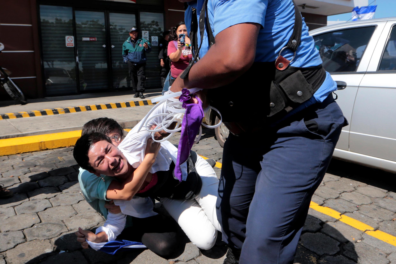 Polícia tenta deter manifestantes em Manágua, no último domingo (14)