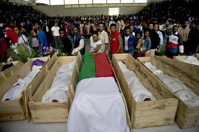 Les Malgaches font la queue le 8 février 2009 à Antananarivo pour rendre un dernier hommage aux victimes des événements de la veille.