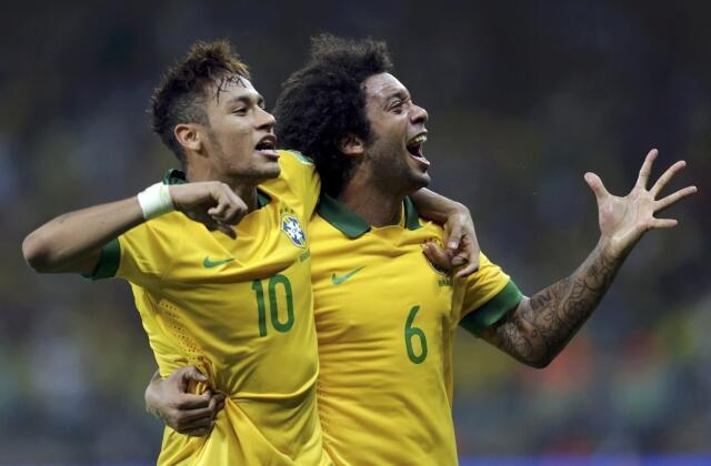 Los jugadores Neymar y Marcelo celebran el gol de Paulinho, este 26 de junio en Belo Horizonte.