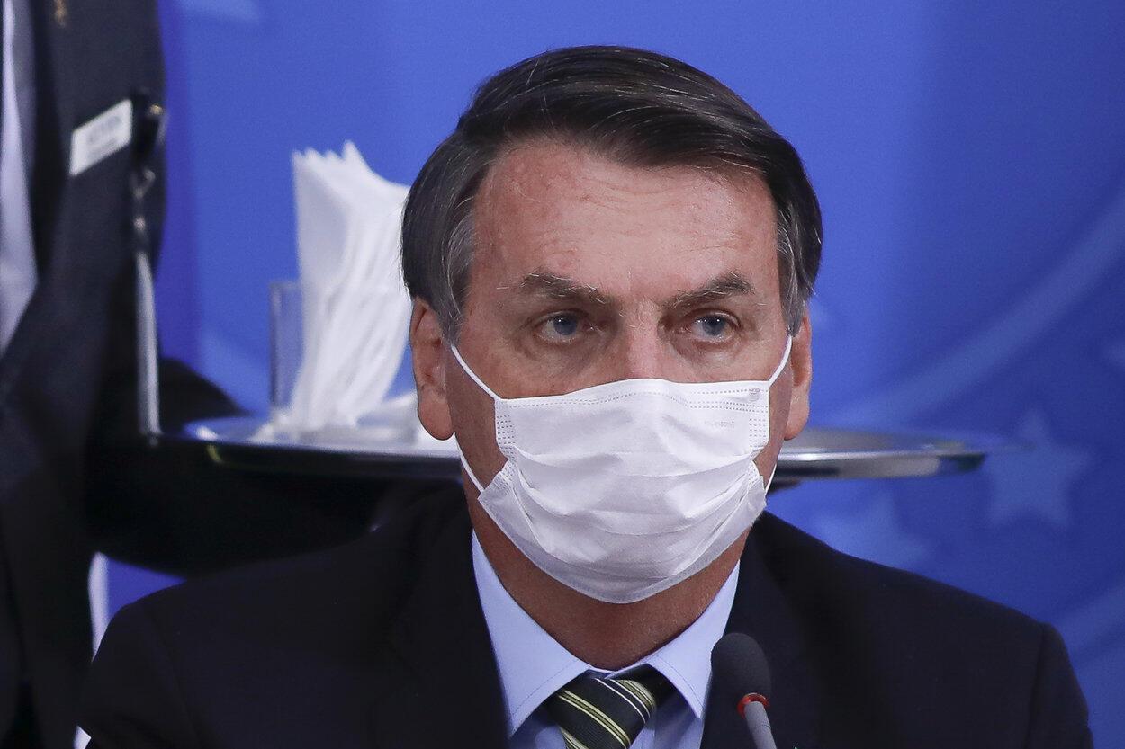 Rais wa Brazil Jair Bolsonaro akivaa barakoa katika mkutano na waandishi wa habari Jumatano Machi 18 huko Brasilia.
