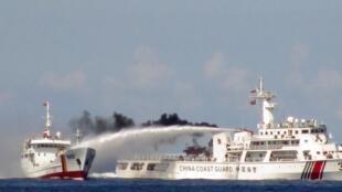 Một tầu hải cảnh Trung Quốc bắn vòi rồng vào tầu tuần tra Việt Nam ở Biển Đông, ngày 02/05/2019