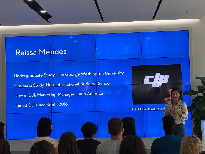 Raissa Mendes recrutando universitários para a DJI no quartel-general da Empresa em Shenzhen
