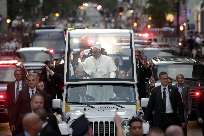 Forte esquema de segurança marca passagem de Francisco pela Quinta Avenida, em Nova York. 24 de setembro de 2015.