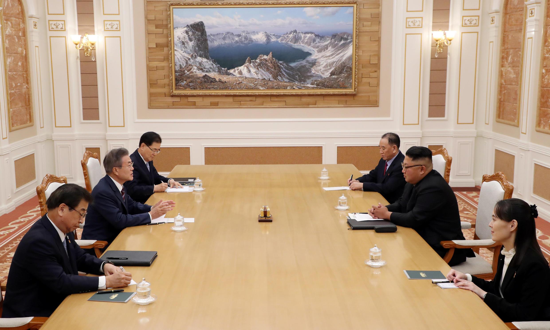 Rais wa Korea Kusini Moon Jae-in akiwa katika mkutano na mwenyeji wake, Kiongozi wa Korea Kaskazini Kim Jong Un jijini Pyongyang, Septemba  18, 2018.