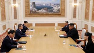Hội đàm giữa tổng thống Hàn Quốc Moon Jae In (T) và lãnh đạo Bắc Triều Tiên Kim Jong Un, Bình Nhưỡng, ngày 18/09/2018