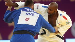 Le Français Teddy Riner affronte le Russe Inal Tasoev, lors de la finale (+100 kg) du Masters, le 13 janvier 2021 à Doha (Qatar)