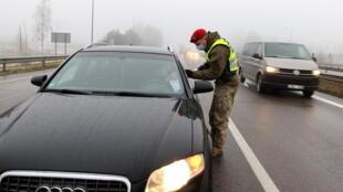 Lituanie - Vilnius - reconfinement - coronavirus - contrôle routier