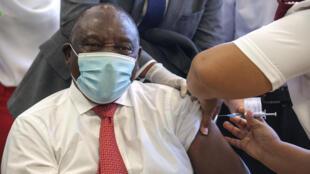 Shugaba Cyril Ramaphosa lokacin da yake karbar allurar rigakafi
