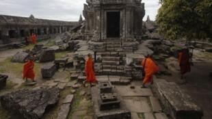 Các nhà sư tới thăm đền Préah Vihear, nằm ở vùng biên giới chung giữa Cam Bốt và Thái Lan, 10/11/2013