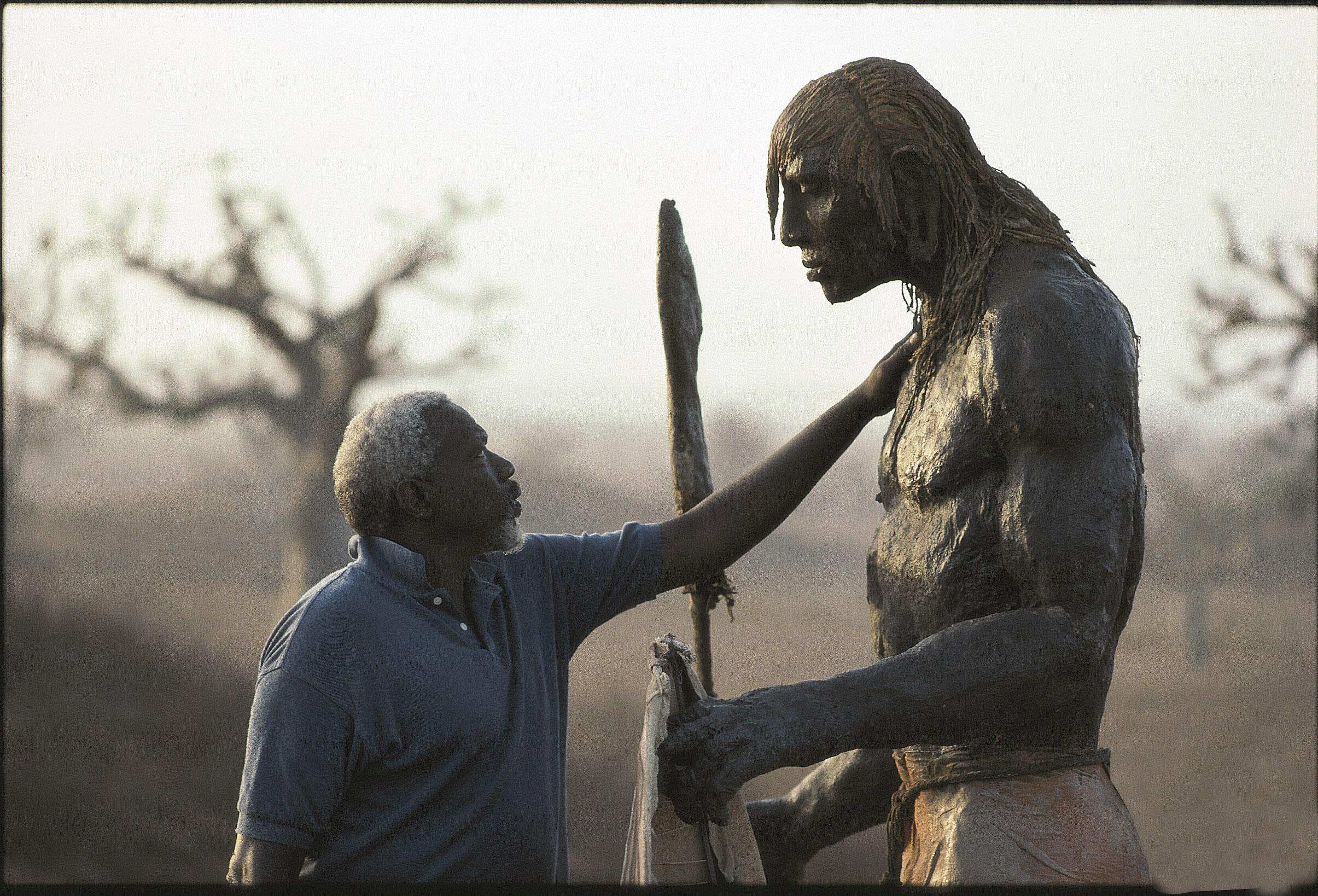"""عثمان صو و یکی از مجسمه های معروف به """"جنگجو"""""""