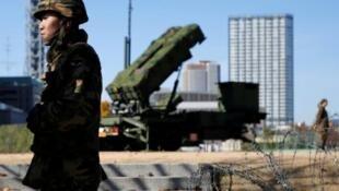 Quân nhân Nhật Bản canh gác một hệ thống phòng thủ tên lửa PAC-3 địa đối không, đặt tại bộ Quốc Phòng Nhật Bản, Tokyo. Ảnh chụp ngày 07/12/2012.