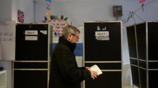 Un homme dans un bureau de vote à Rome, en Italie, le 4 mars 2018.