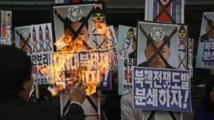 Biểu tình đốt ảnh Kim Jong Un phản đối Bình Nhưỡng thử hạt nhân lần thứ ban ngày 12/2/2013 tại Seoul.