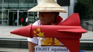 Sinh viên Philippines biểu tình phản đối Trung Quốc triển khai tên lửa địa đối không trên đảo Phú Lâm (Woody Island) ngày 19/02/2016 trước lãnh sự Trung Quốc ở Manila.