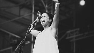 """آمال مثلوثی، خوانندۀ تونسی، در مستند ایرانی """"آواز بی سرزمین"""" نیز حضور داشت"""