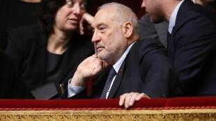 Giáo sư Joseph Stiglitz, Giải Nobel Kinh tế 2001, tại Quốc hội Pháp ngày 13/01/2015.