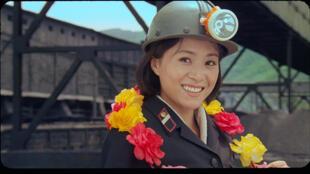 L'héroïne du film «Comrade Kim Goes Flying» est une ouvrière modèle qui, à force de persévérance, va réaliser son rêve d'enfance, tel un conte de fées.