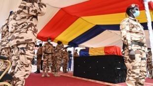 Le cercueil du président tchadien Idriss Déby Itno lors de ses funérailles à Ndjamena, le 23 avril 2021.