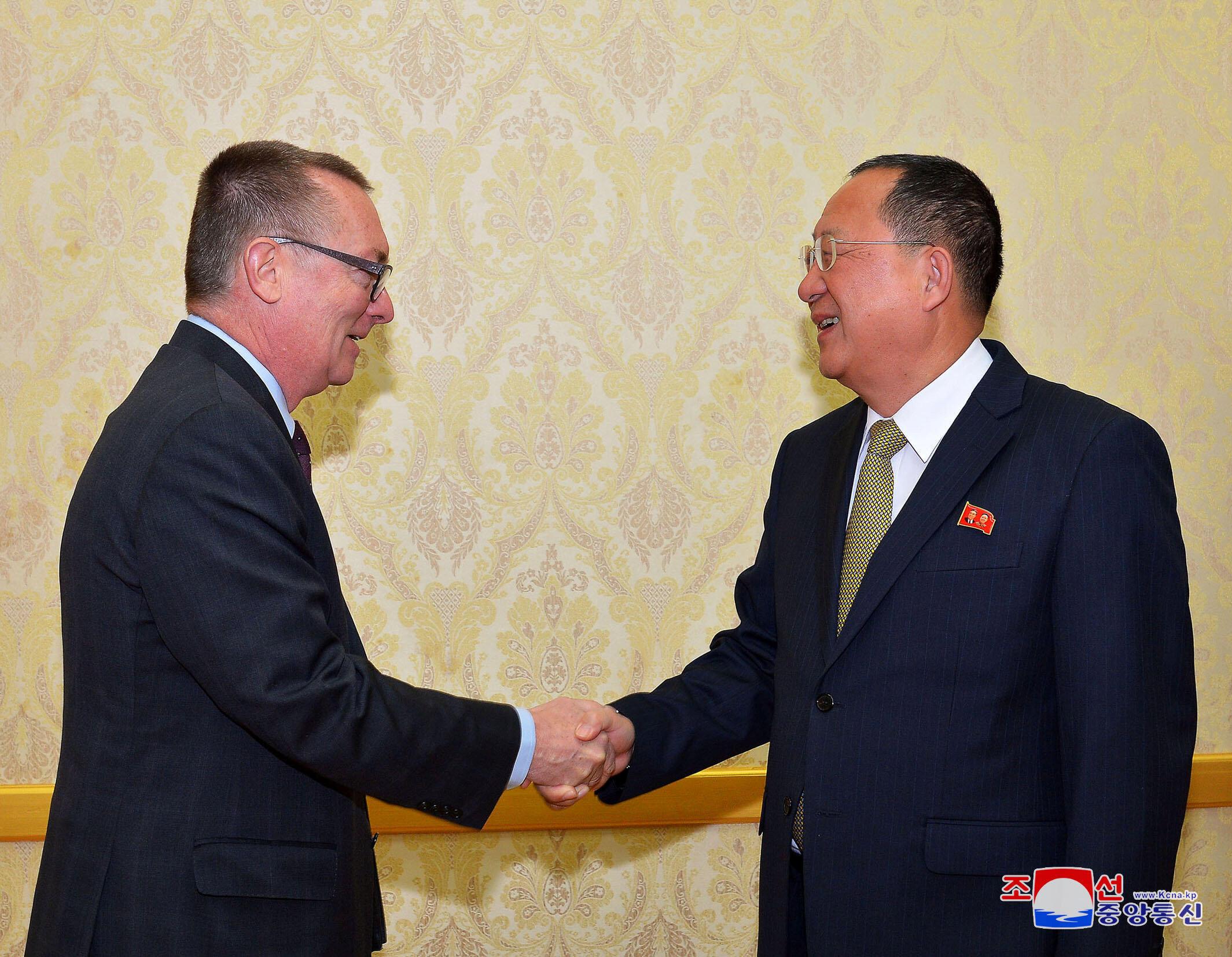 Ngoại trưởng Bắc Triều Tiên Ri Yong Ho tiếp phó tổng thư ký Liên Hiệp Quốc Jeffrey Feltman tại Bình Nhưỡng, ngày 07/12/2017.