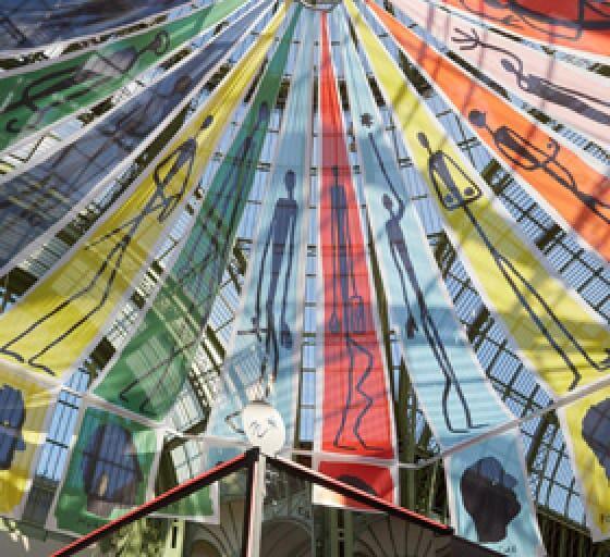 Textiles transparentes que permiten pasar la luz que penetra por la inmensa cúpula de vidrio del Grand Palais. Creación de Jean-Charles de Castelbajac.