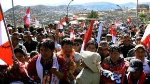 La foule venue accueillir les leaders du mouvement de grève à Potosi, à leur retour d'une rencontre avec le gouvernement à La Paz, le 30 juillet 2015.