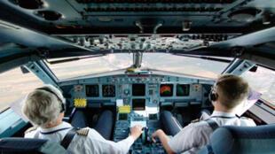 Deux pilotes à l'intérieur du cockpit d'un airbus A 319.