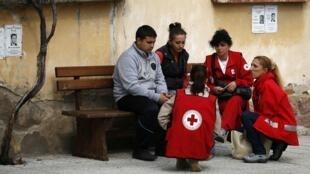 octobre 2014: les équipes de la Croix-Rouge bulgare réconfortent les familles des victimes à Gorni Lom après un grave accident dans une usine de traitement d'armement.