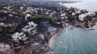 Região balneária de Mati na Grécia após os incêndios que deixaram 82 pessoas mortas