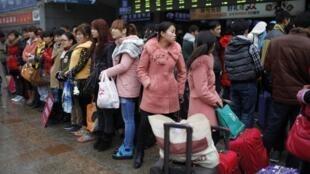 2013年2月26日,上海火车站前等待招工的农民工。