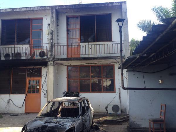 Les médias ont été la cible d'attaques dans la nuit. Ici Radio Renaissance (privée) dont les locaux ont été la cible de tirs de roquettes. Une femme a été grièvement blessée, selon son directeur.