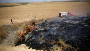 ماشینهای آتشنشانی اسرائیلی در حال خاموش کردن حریق ناشی از پرتاب بادبادکها و فانوسهای آتشزای فلسطینی در مرز این کشور با نوار غزه. جمعه ۲٩ تیر/ ٢٠ ژوئیه ٢٠۱٨