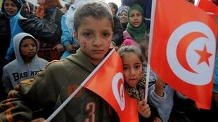 Des enfants célèbrent le deuxième anniversaire de la révolution de Jasmin à Sidi Bouzid, le 17 décembre 2012.