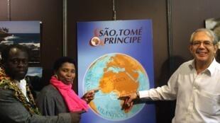 Da esquerda para a direita: Eduardo Mané (artista plástico são-tomense); Ana Maria (são tomense residente em Marselha); Jean Pierre Bensaïd (Consul Honorário de São Tomé e Príncipe em França); no Salão do Chocolate/Paris 31/10/12
