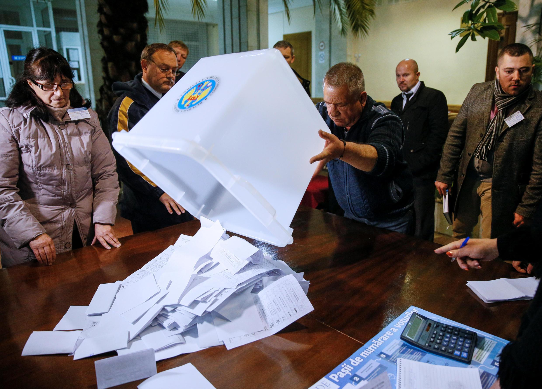 Подсчет голосов на избирательном участке в Кишиневе, 30 октября 2016 г.