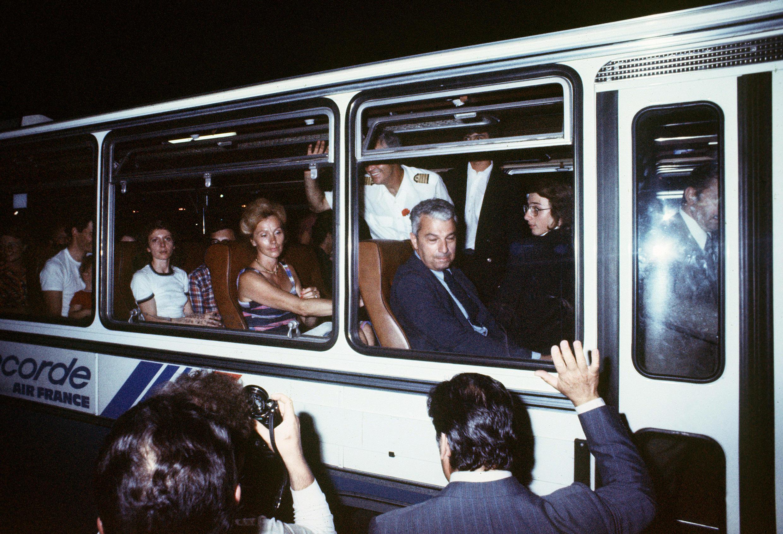 Les 14 otages français et les 12 membres de l'équipage des 104 otages retenus pendant une semaine sur l'aéroport ougandais d'Entebbe, sont acclamés par leurs parents et amis le 05 juillet 1976.
