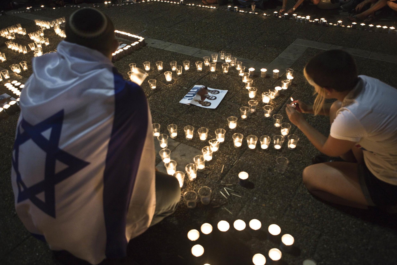 Thắp nến tưởng niệm các nạn nhân tại quảng trường Rabin, Tel Aviv, Israel, 30/06/2014