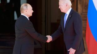 Los presidentes ruso, Vladimir Putin (izq), y estadounidense, Joe Biden, se dan la mano al encontrarse para la cumbre que mantuvieron el 16 de junio de 2021 en la ciudad suiza de Ginebra