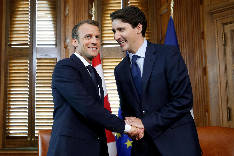 Thủ tướng Canada Justin Trudeau và tổng thống Pháp Emmanuel Macron (T) tại Ottawa, Ontario, Canada, ngày 06/06/2018.