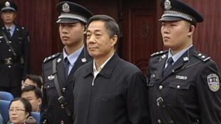 Após sentença, ex-dirigente comunista Bo Xilai foi levado a prisão onde cumprem pena membros da elite chinesa condenados pela justiça.