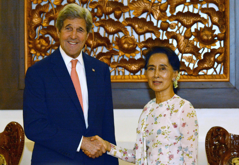 Le secrétaire d'Etat américain John Kerry et la ministre des Affaires étrangères birmane, Aung San Suu Kyi, le 22 mai.