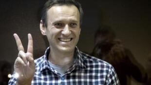 照片攝於2021年2月20日,俄羅斯反對派領袖阿列克謝·納瓦爾尼站在俄羅斯莫斯科巴布斯金斯基地方法庭向支持者示意