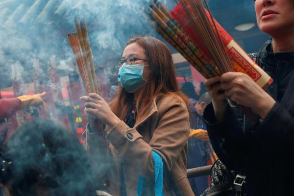 Personas en el templo de Che Kung, en Hong Kong, durante las celebraciones del nuevo año chino lunar, 26 de enero de 2020.
