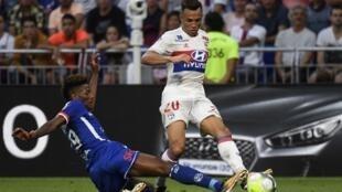 O defesa brasileiro do Lyon Fernando Marçal à luta com o português Nuno da Costa do Estrasburgo na jornada inaugural do campeoanto francês.