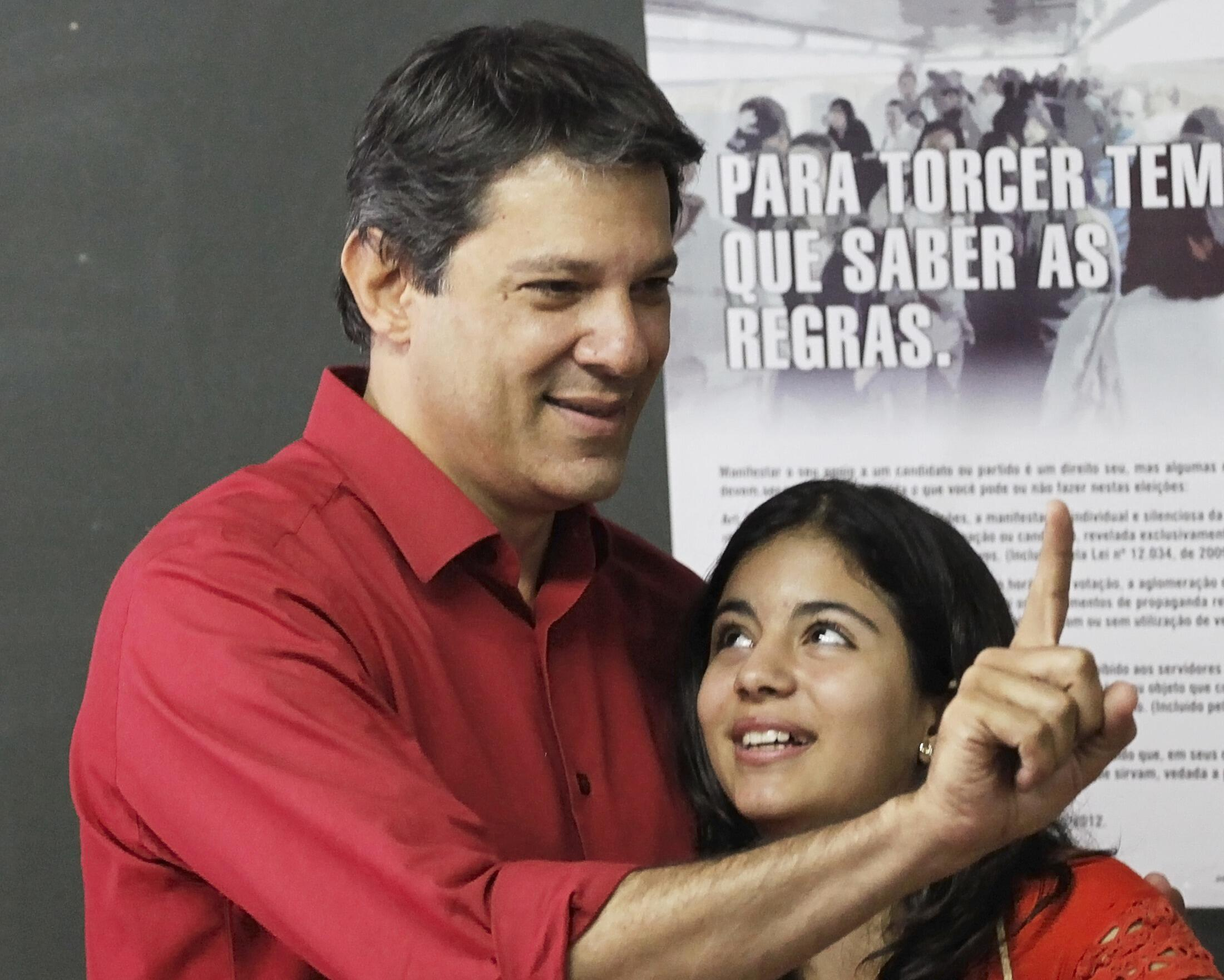Fernando Haddad votou neste domingo no segundo turno das eleições municipais de São Paulo, acompanhado por sua filha Ana Carolina.