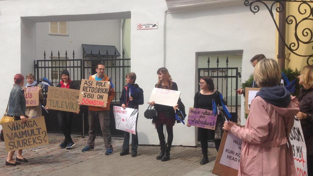 Manifestants contre Ekre.