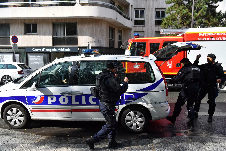 Polícia em frente à antiga sede do Charlie Hebdo.
