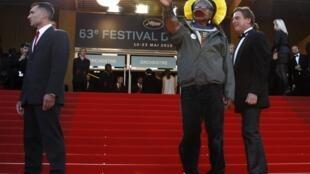 Raoni nas famosas escadas do Festival de Cannes.