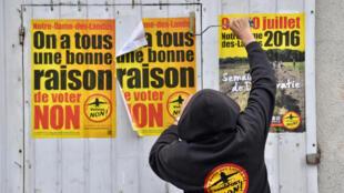 Un militant colle une affiche contre l'aéroport, le 13 juin 2016, à Notre-Dame-des-Landes.